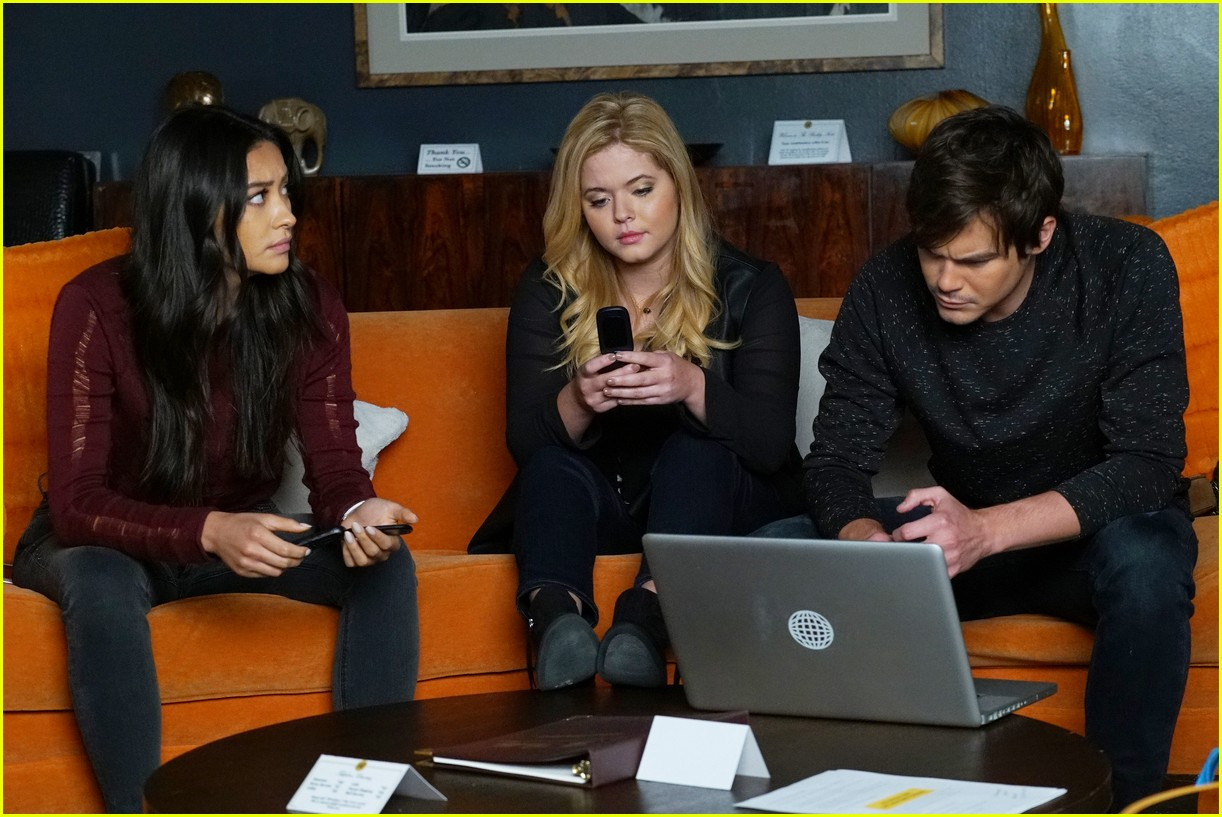 emily ali baby father pll 05