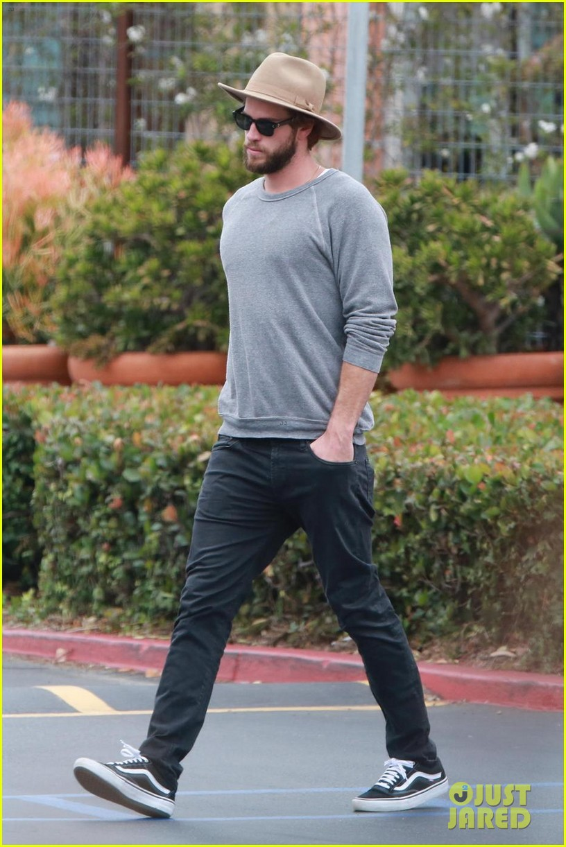 liam hemsworth grabs lunch with luke and parents in malibu 03