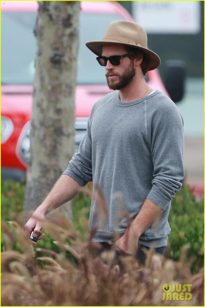 liam hemsworth grabs lunch with luke and parents in malibu 06