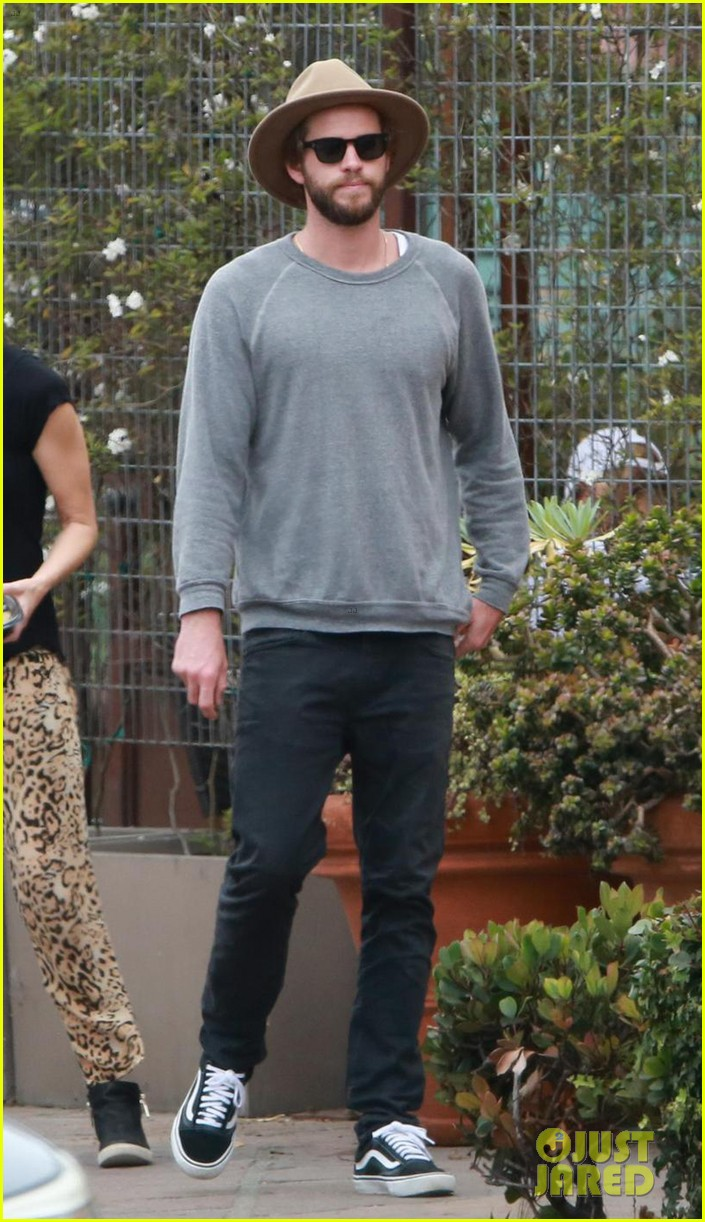 liam hemsworth grabs lunch with luke and parents in malibu 07