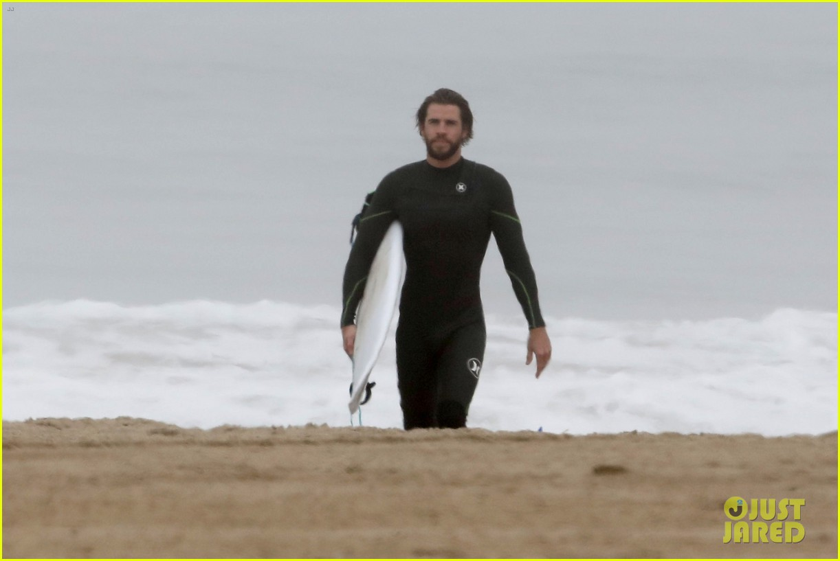 liam hemsworth strips out of wetsuit to reveal ripped abs 18