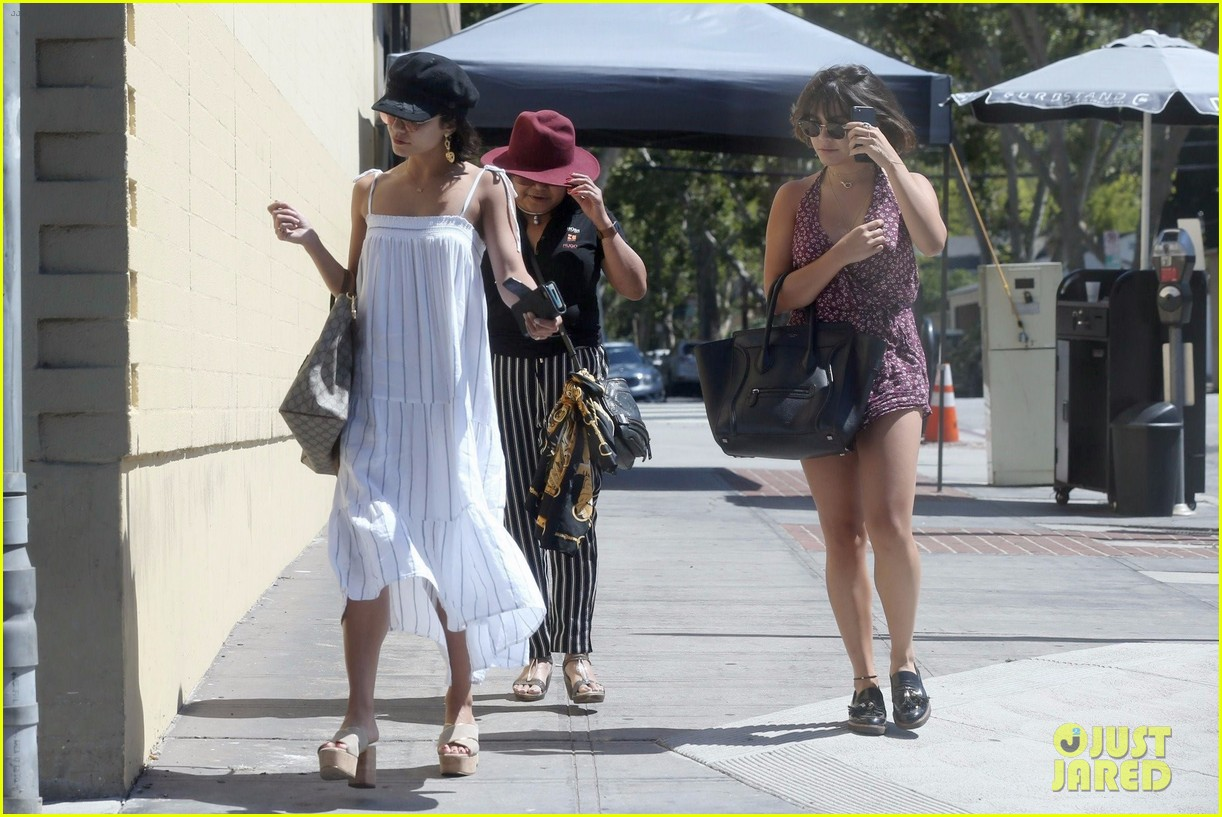 vanessa hudgens grabs lunch with mom sister 06