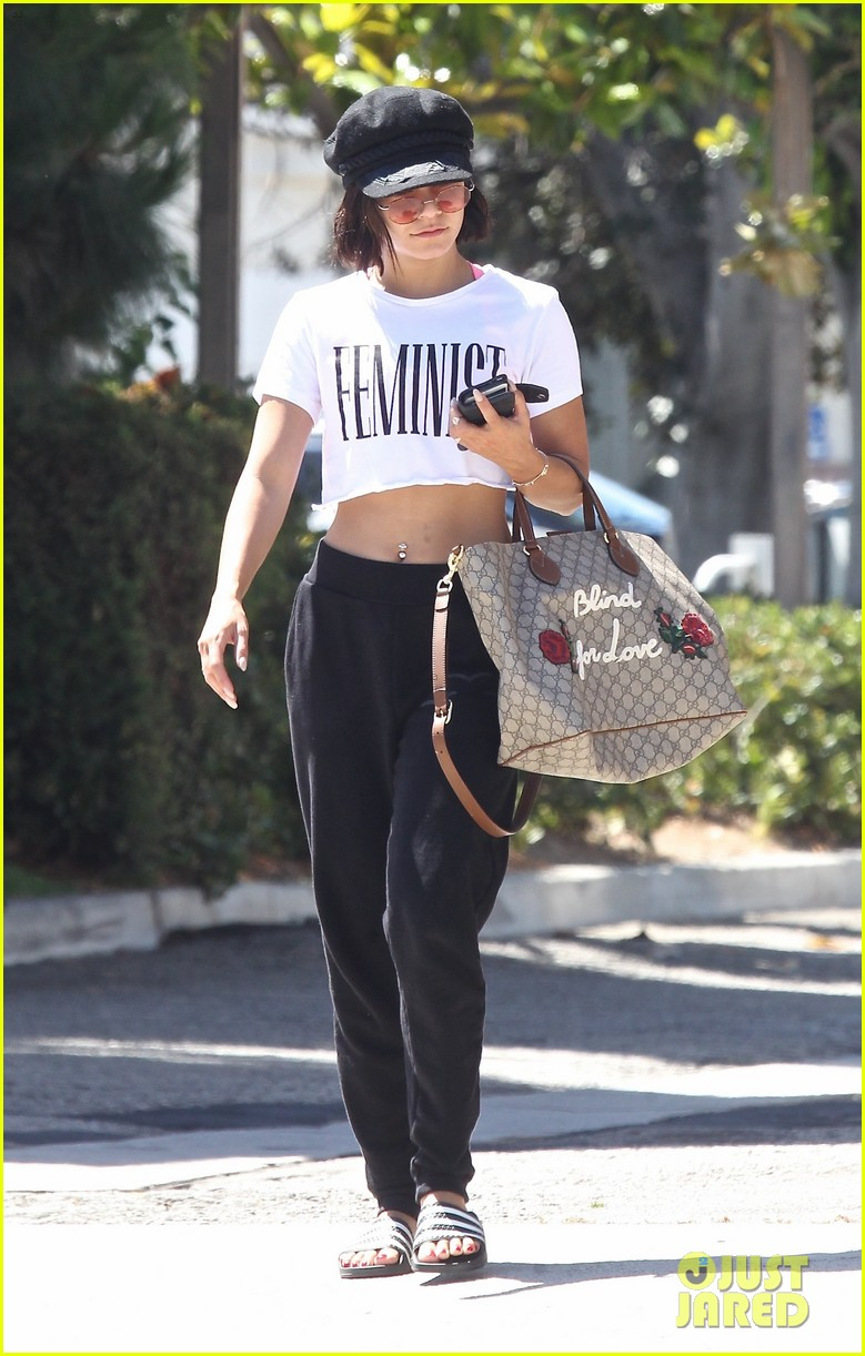 vanessa hudgens grabs lunch with mom sister 13