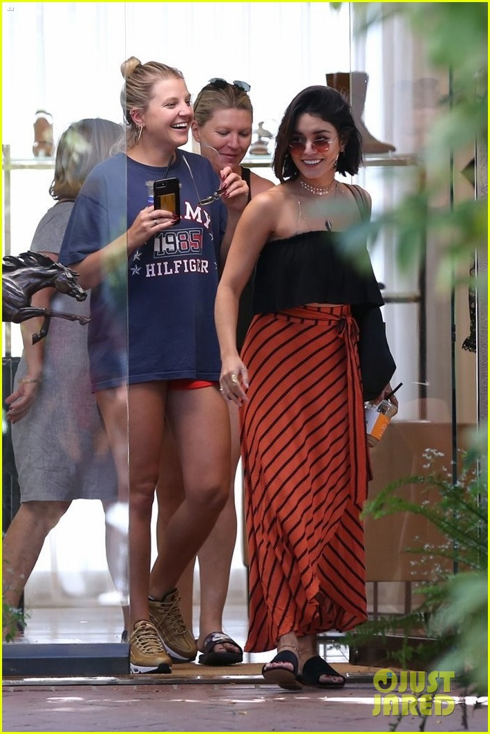 vanessa hudgens cant stop laughing while shopping with friends 08