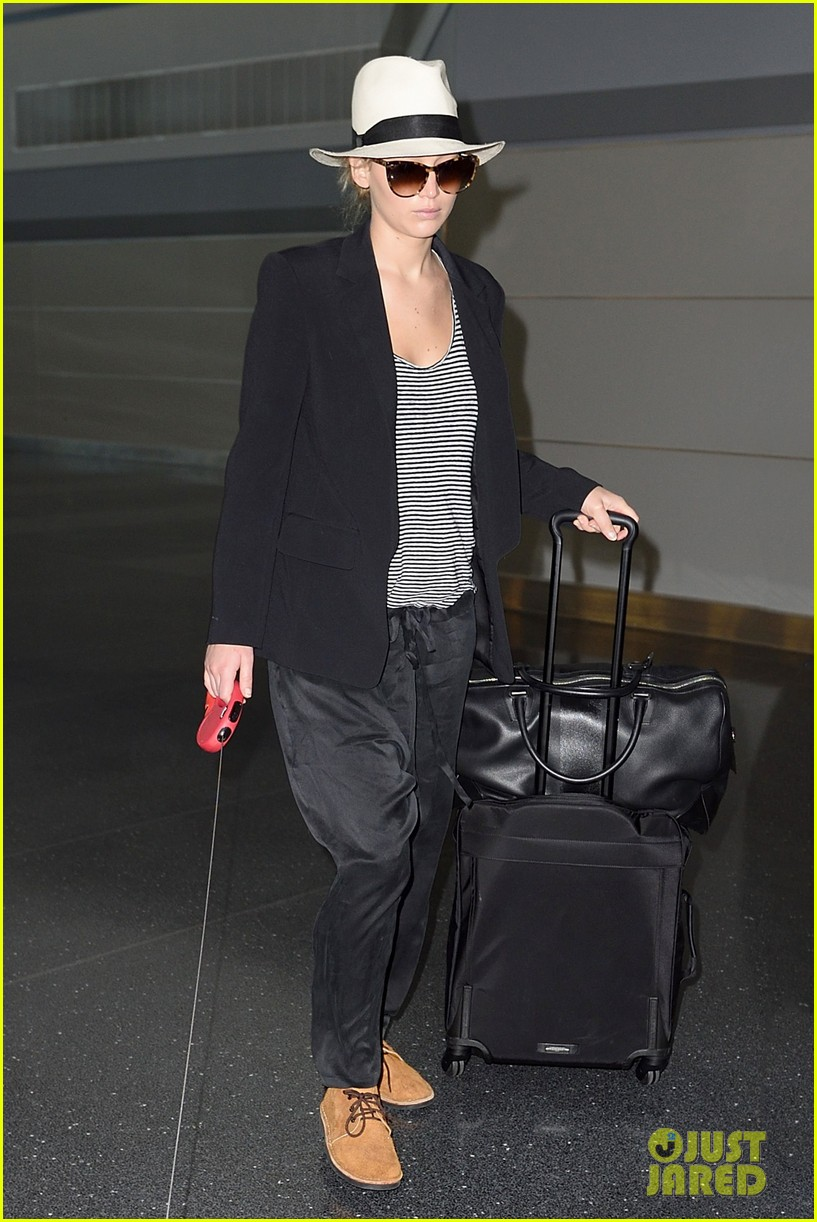 jennifer lawrence dog nyc airport 01