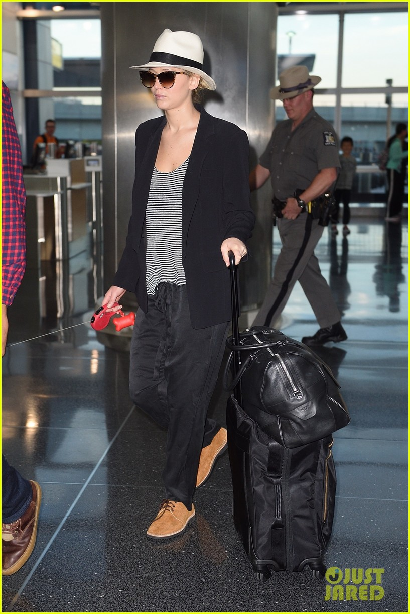 jennifer lawrence dog nyc airport 05