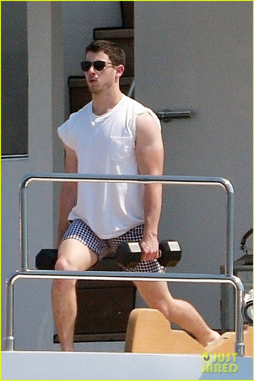 joe and nick jonas casually flaunt their shirtless bods 01
