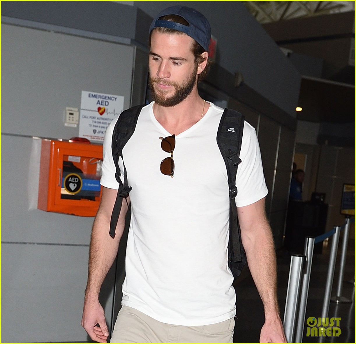 liam hemsworth beard scruff jfk airport 01