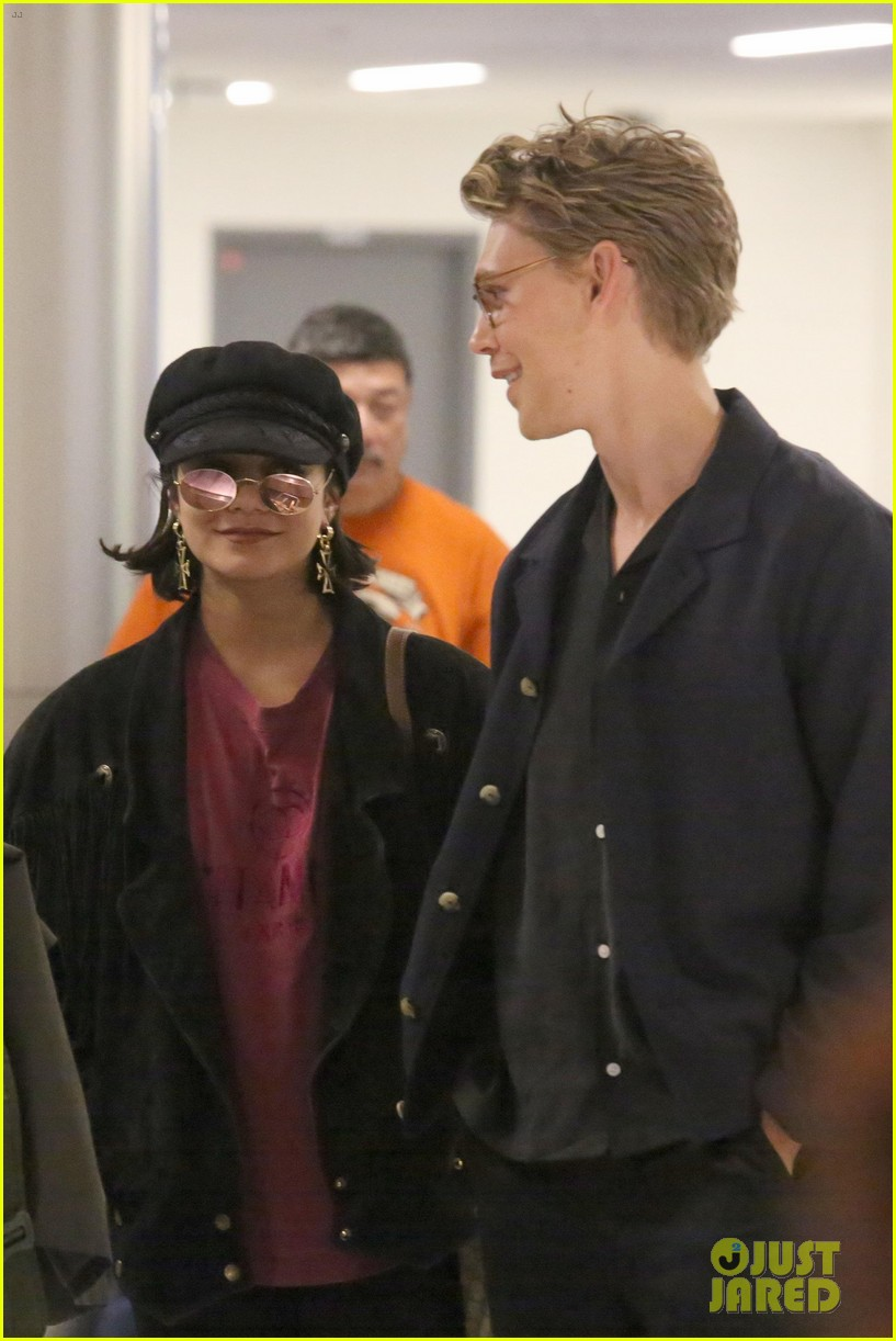 vanessa hudgens austin butler return home from hamptons trip 03