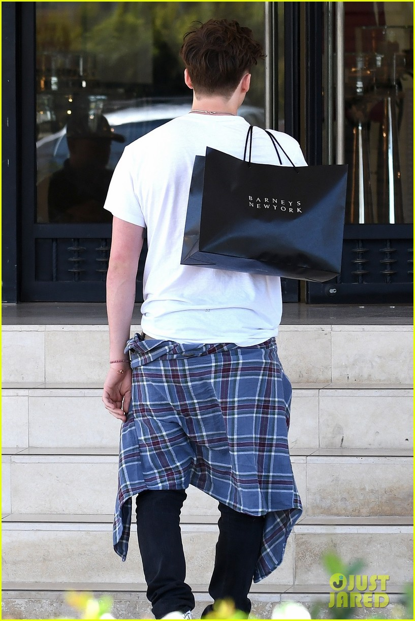 brooklyn beckham shops with madison beer after introducing her to his mom 29