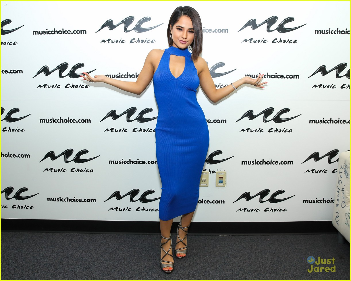 becky g rocks eye popping blue dress for vevo mayores party