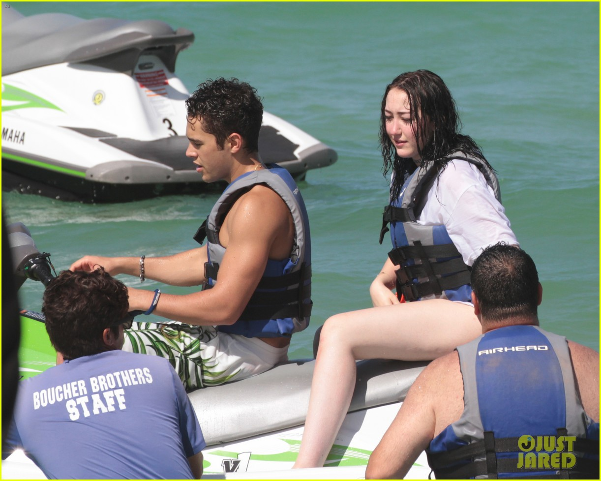 noah cyrus vacations with austin mahone in miami 12