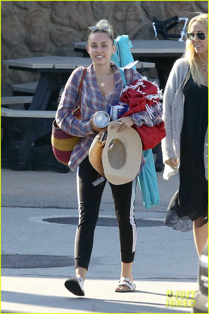 miley cyrus joins her parents for grocery shopping in malibu 05