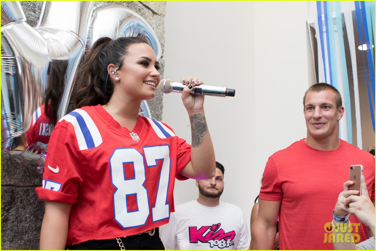 demi lovato kicks off her house party tour 01