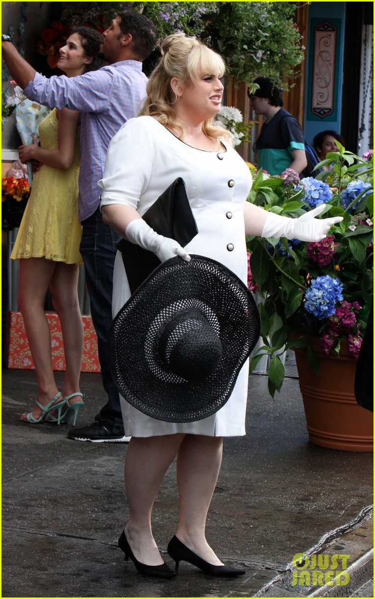 liam hemsworth has a flower for rebel wilson on isnt it romantic set 02