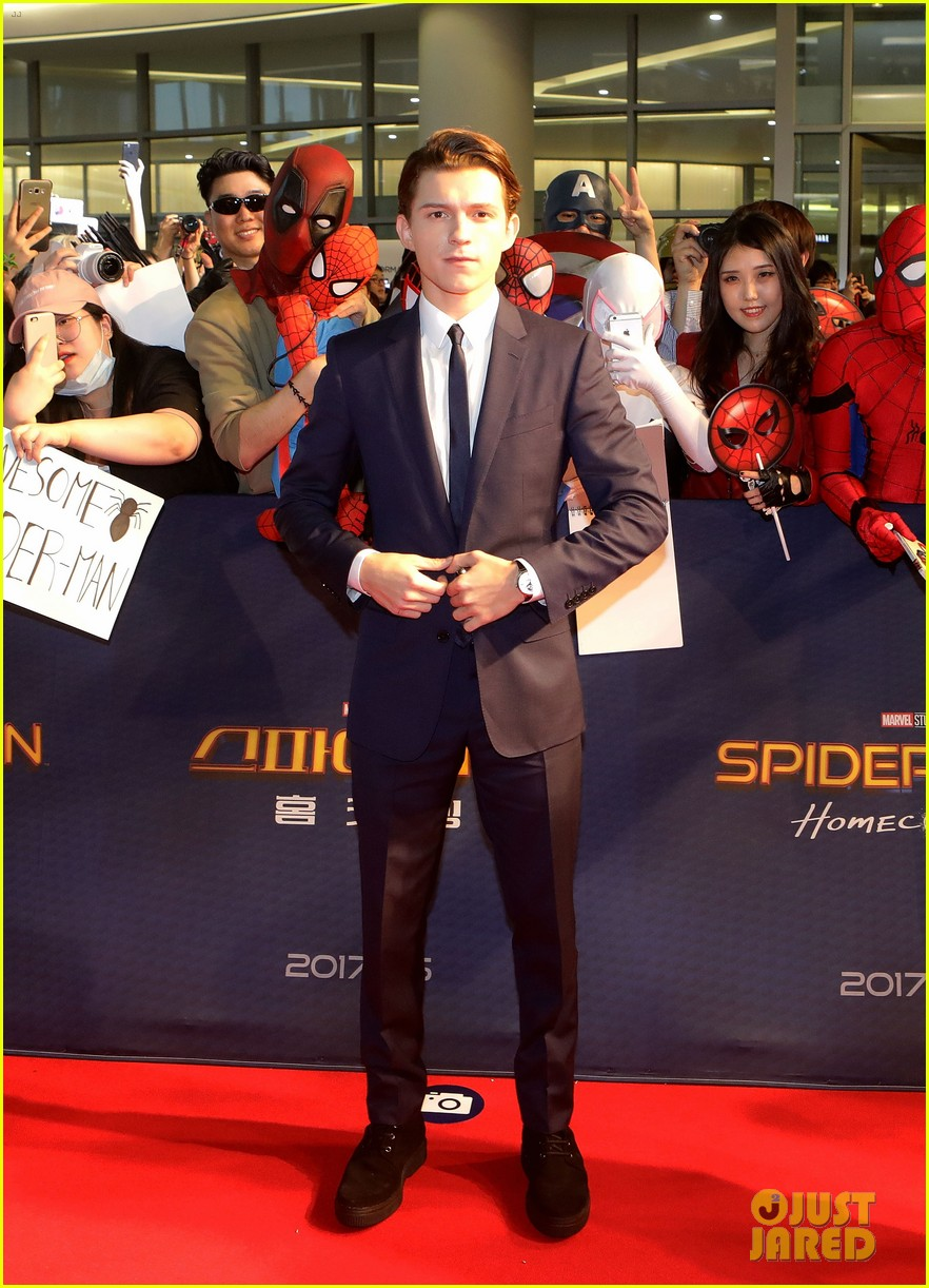 tom holland surrounded by spider men at seoul premiere 02