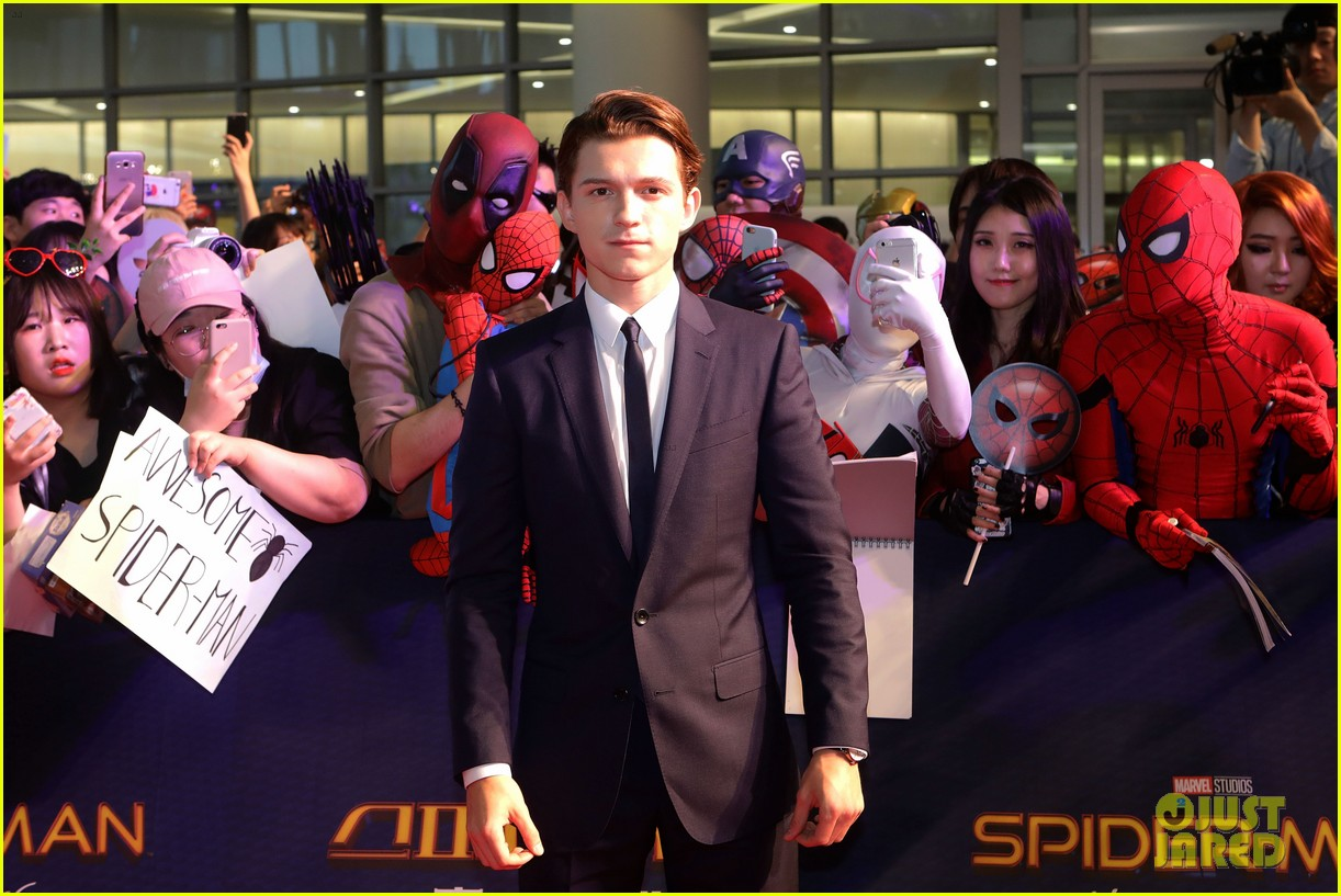 tom holland surrounded by spider men at seoul premiere 06