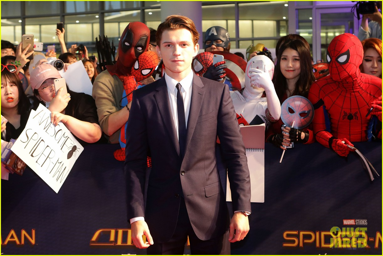 tom holland surrounded by spider men at seoul premiere 08