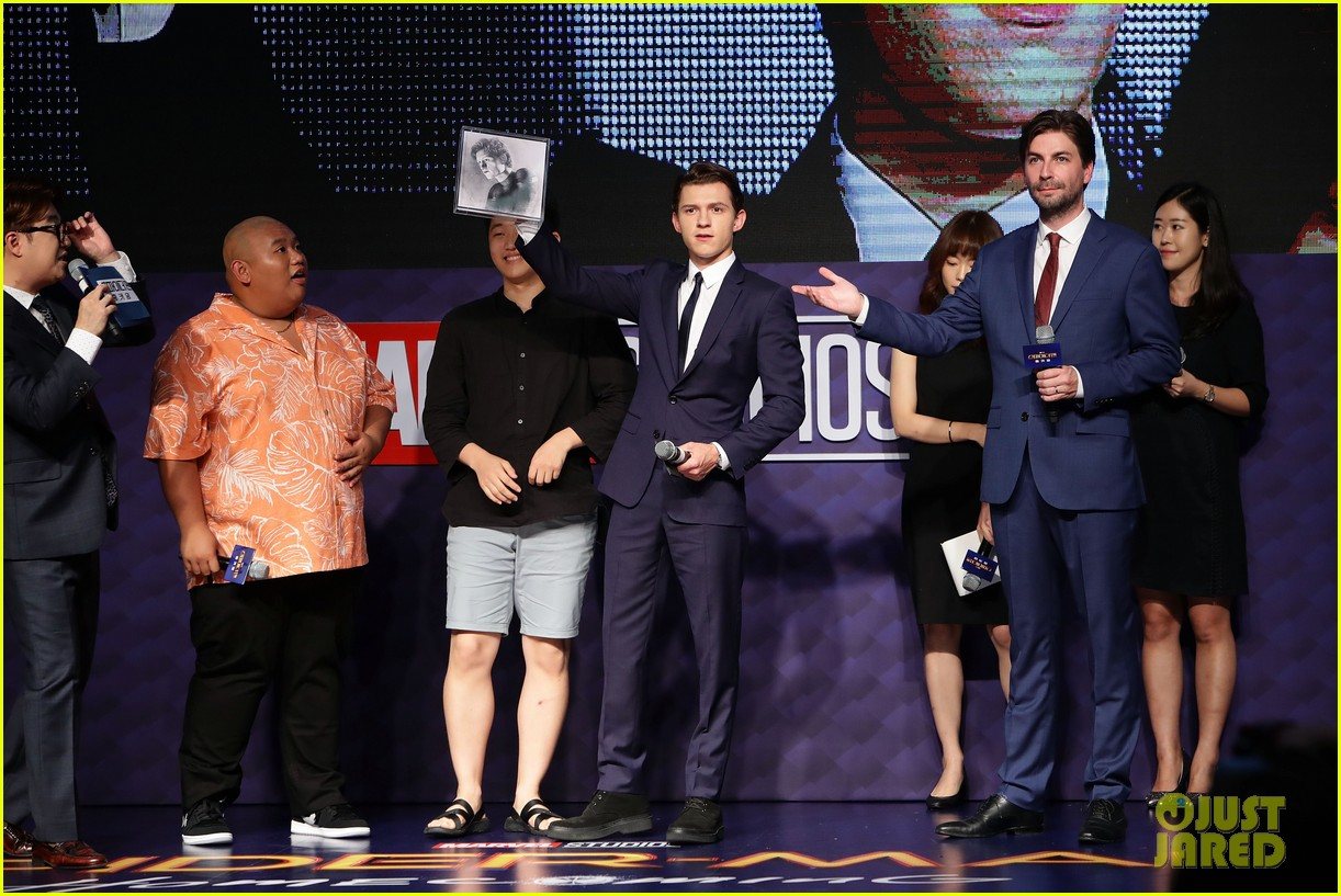 tom holland surrounded by spider men at seoul premiere 12