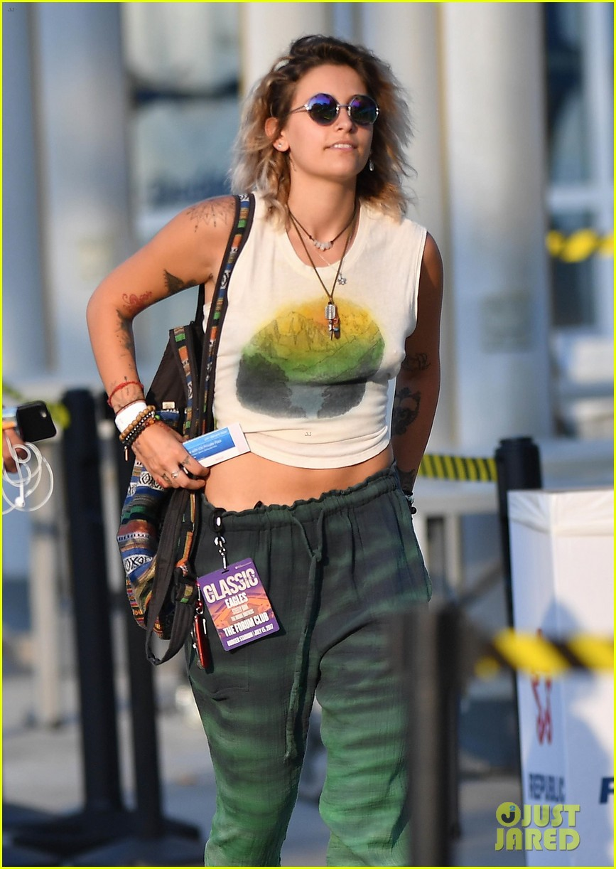 paris jackson spends the night at a concert with friends 01