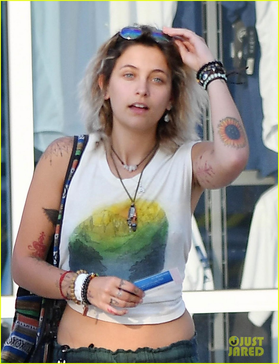 paris jackson spends the night at a concert with friends 02