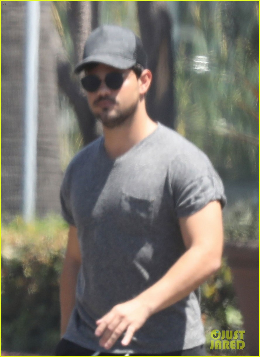 taylor lautner shows off buff body in tight shirt 04