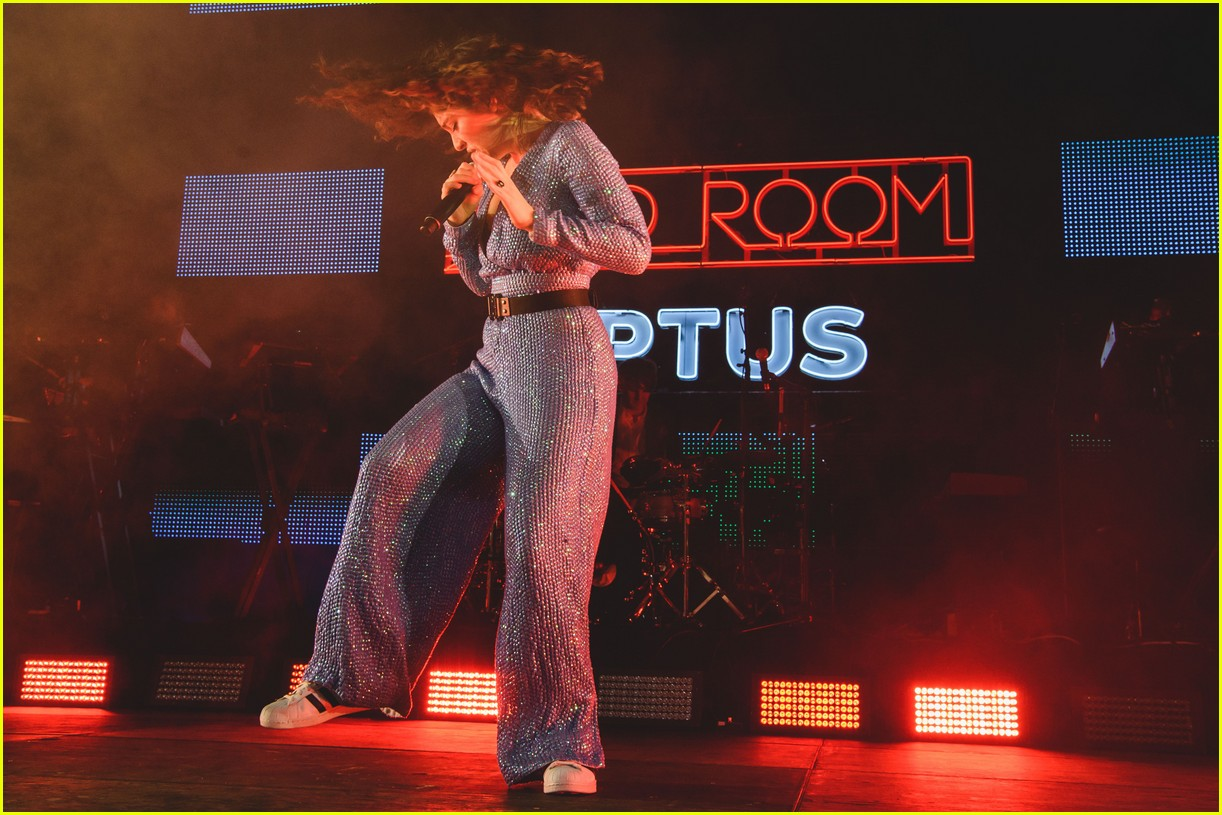 lorde sings and dances her way through melodrama during exclusive show 10