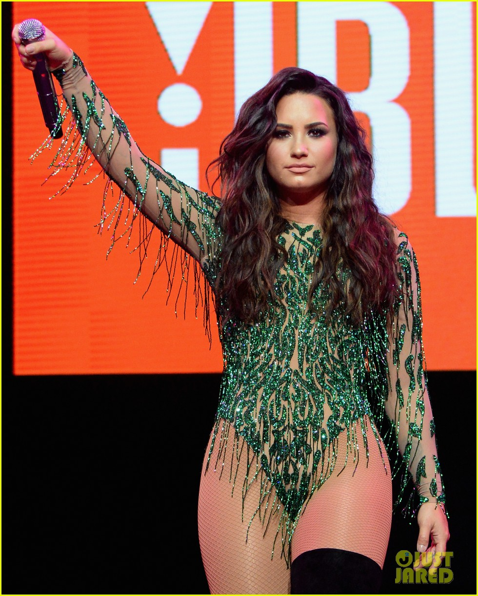demi lovato rocks green bodysuit for performance in vegas 04