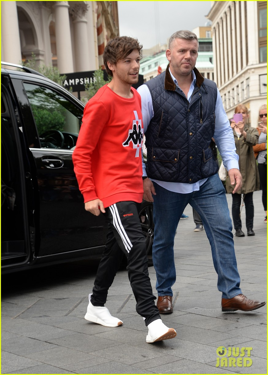 louis tomlinson held one direction together 09