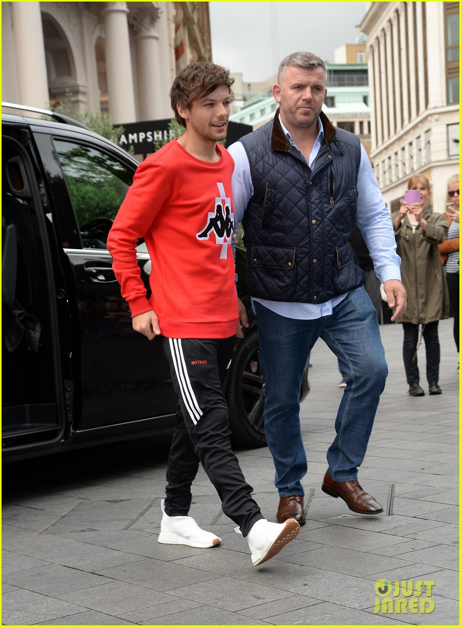 louis tomlinson held one direction together 10