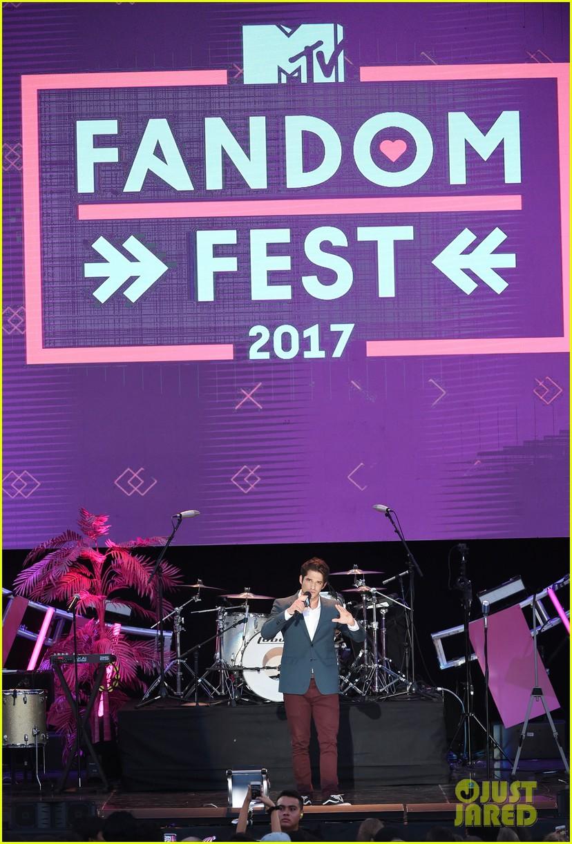 tyler posey teen wolf mtv fandom awards 16