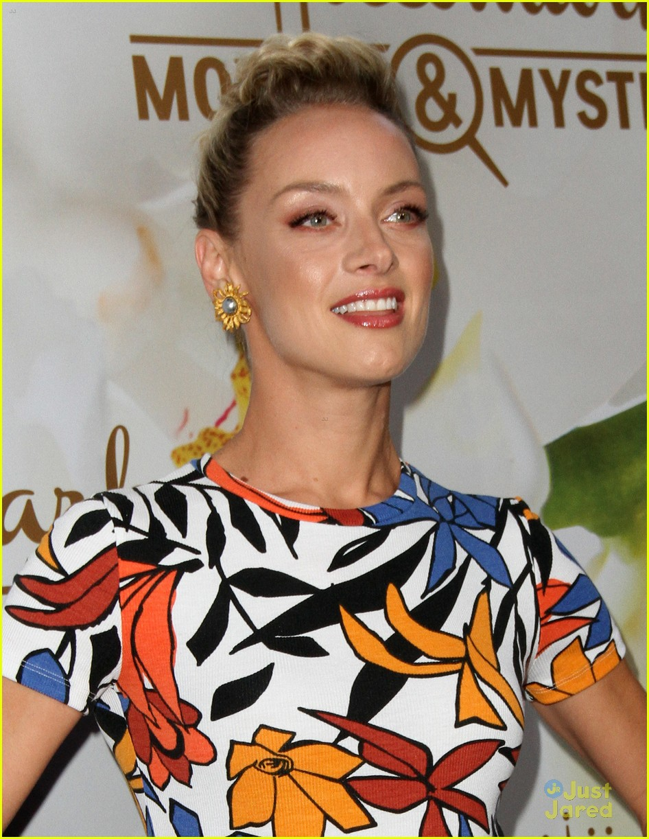 Marry Me At Christmas.Reign S Rachel Skarsten To Star In Hallmark S Marry Me At