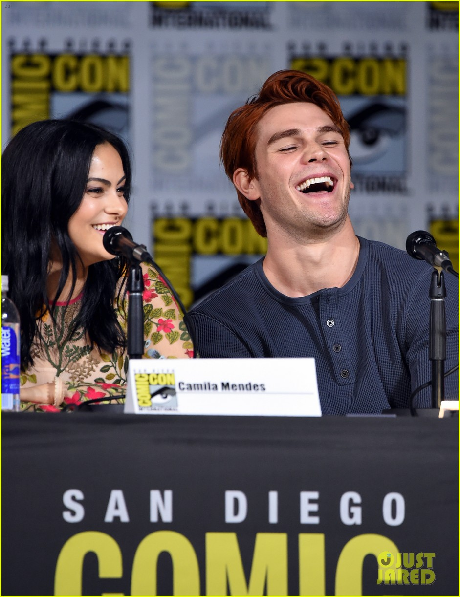 riverdale cast preview season 2 at comic con 03