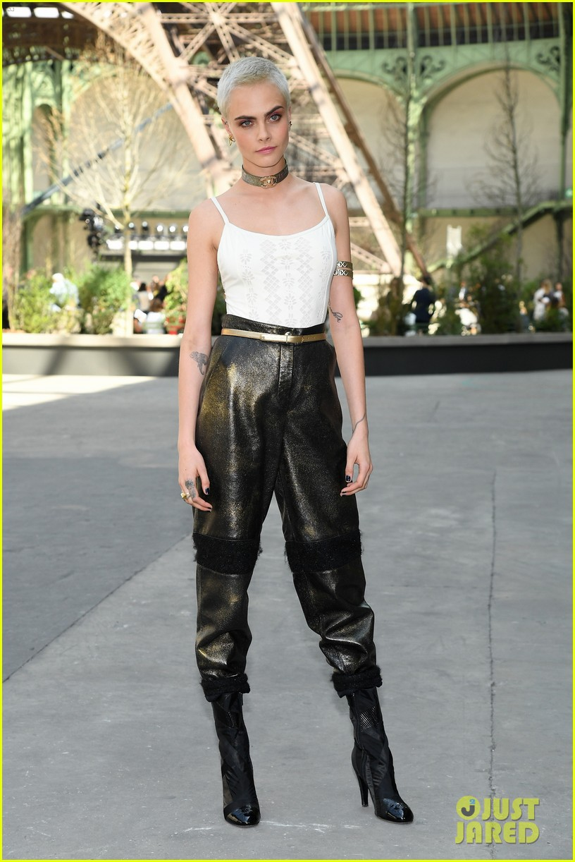 kristen rowan cara go glam for chanel show in paris 02