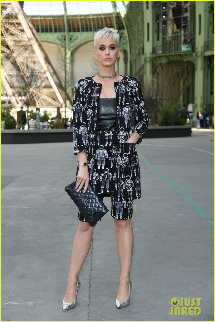 kristen rowan cara go glam for chanel show in paris 04