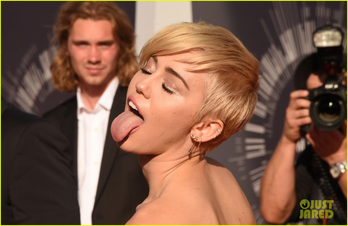 miley cyrus promises to be good at vmas 2017 14