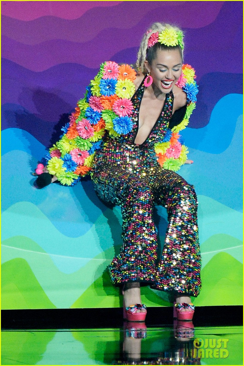 miley cyrus promises to be good at vmas 2017 15
