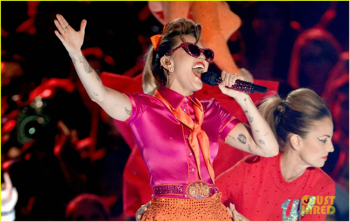 miley cyrus performs younger now mtv vmas 2017 02