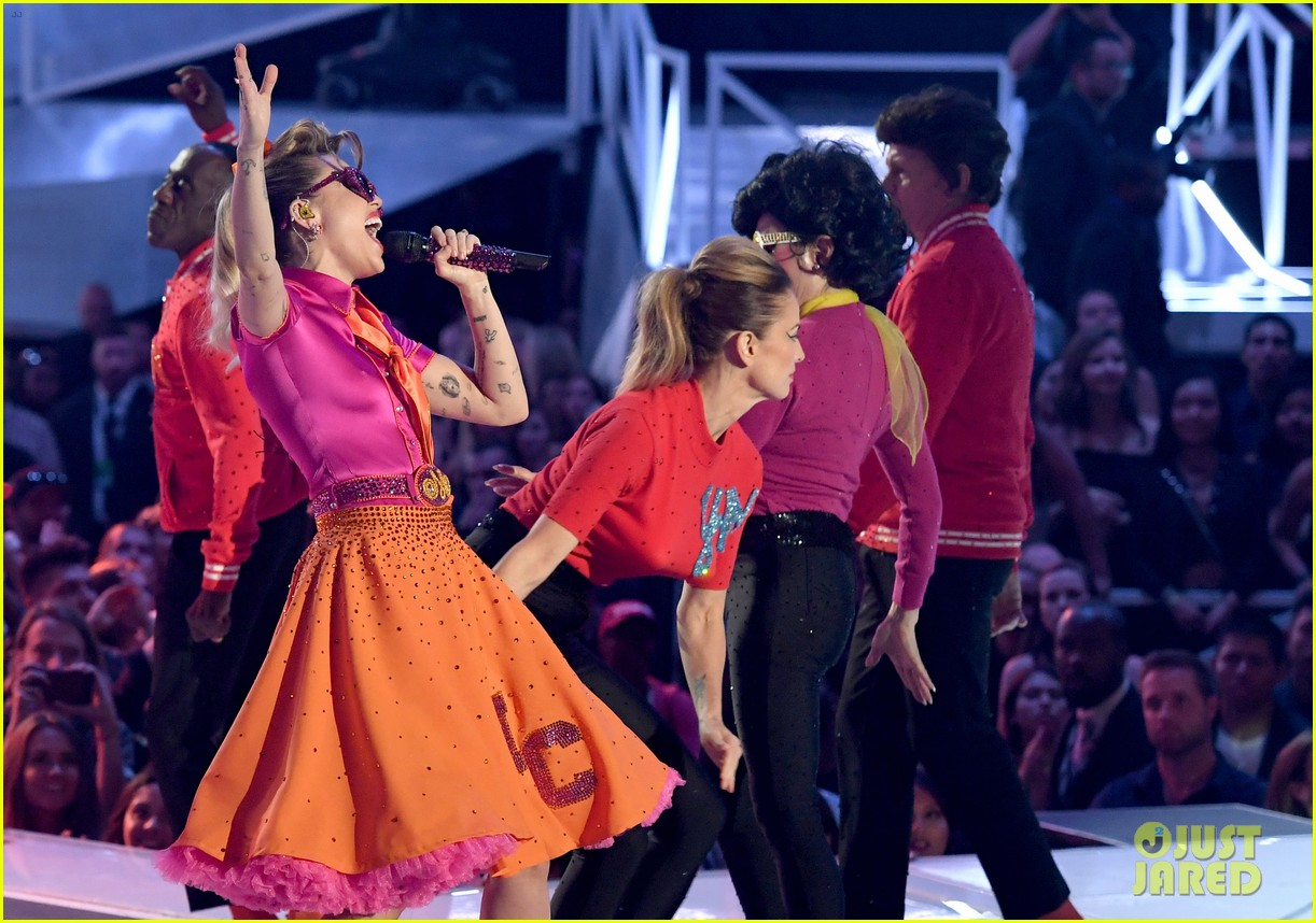 miley cyrus performs younger now mtv vmas 2017 10