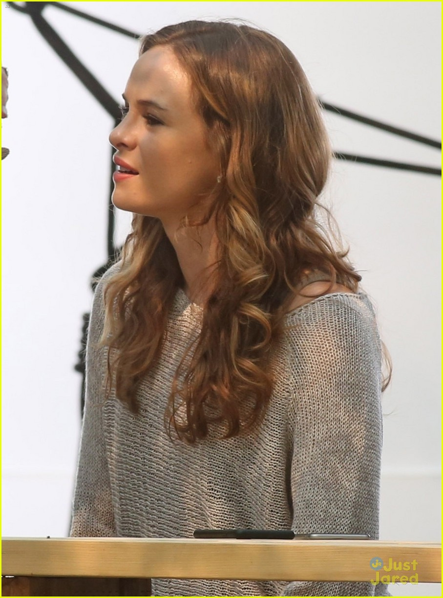 danielle panabaker hayes shop killer frost questions 01