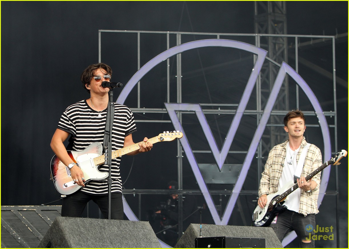 ella eyre the vamps v festival performance pics 16