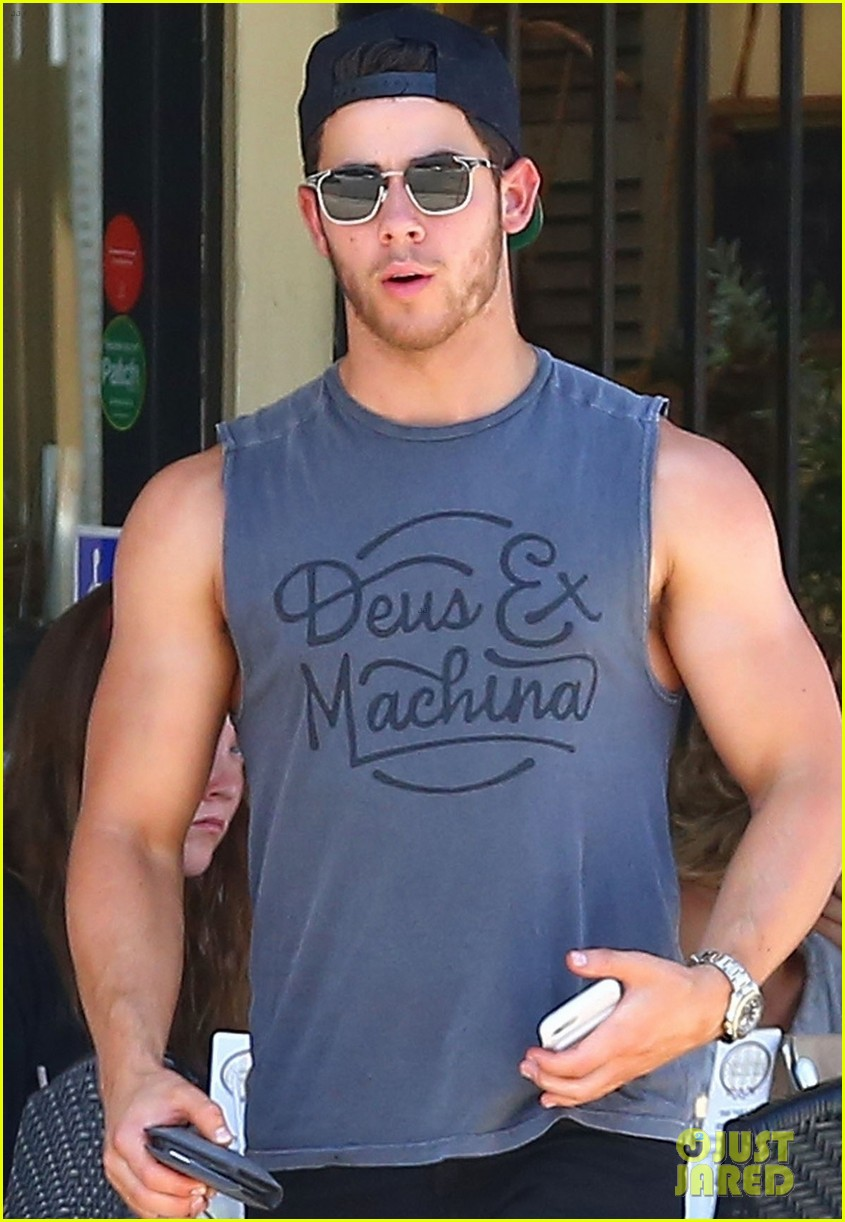nick jonas shows off his massive biceps at breakfast 04