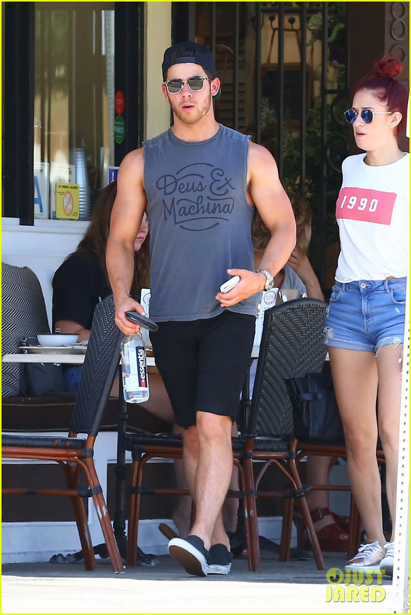 nick jonas shows off his massive biceps at breakfast 07