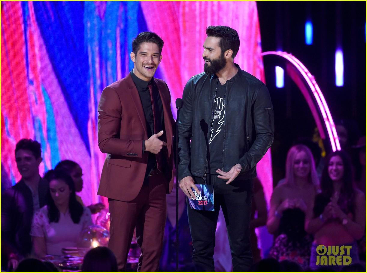 tyler posey and tyler hoechlin share a hug at the teen choice awards 2017 01