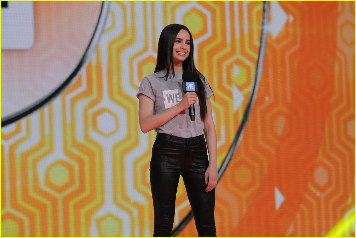 kelly clarkson and vanessa hudgens inspire youth at we day 02