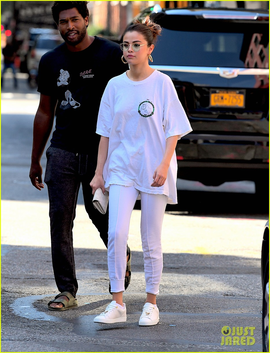 selena gomez wears all white on labor day 01