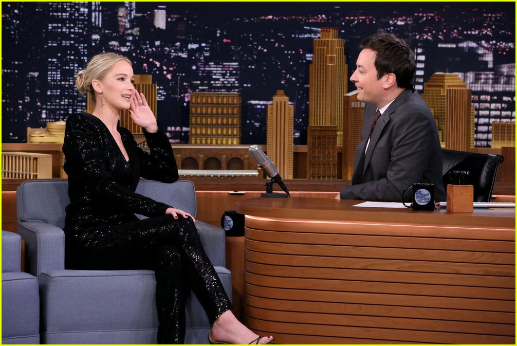 jennifer lawrence axe throwing contest jimmy fallon 08