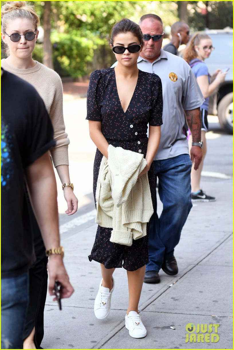 selena gomez out in new york city solo 01