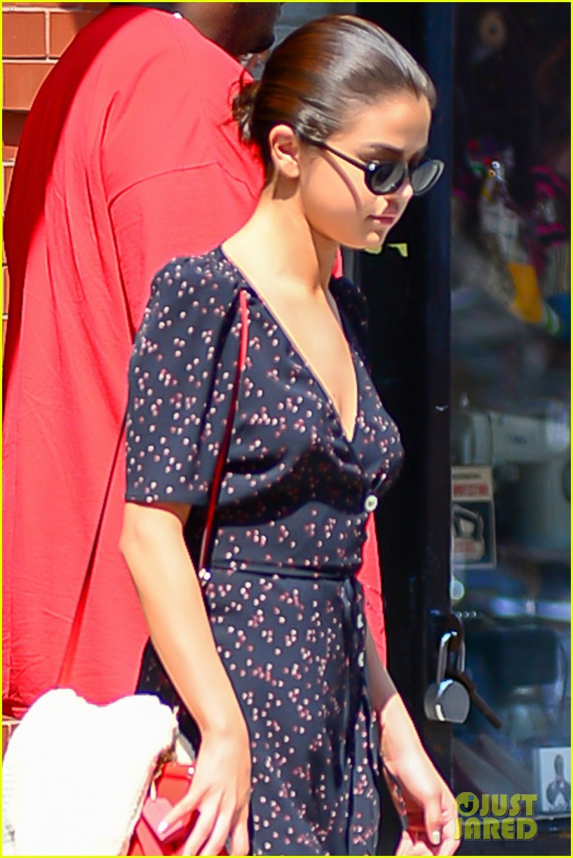 selena gomez out in new york city solo 04