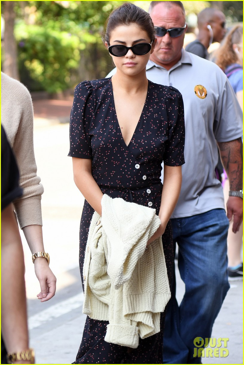 selena gomez out in new york city solo 10